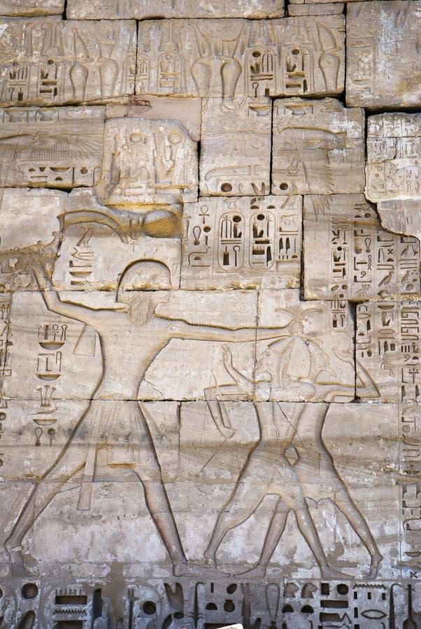 Hieroglyf av farao på kriget royaltyfria foton