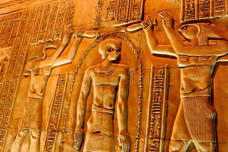 Hieroglyf i templet Luxor arkivbilder