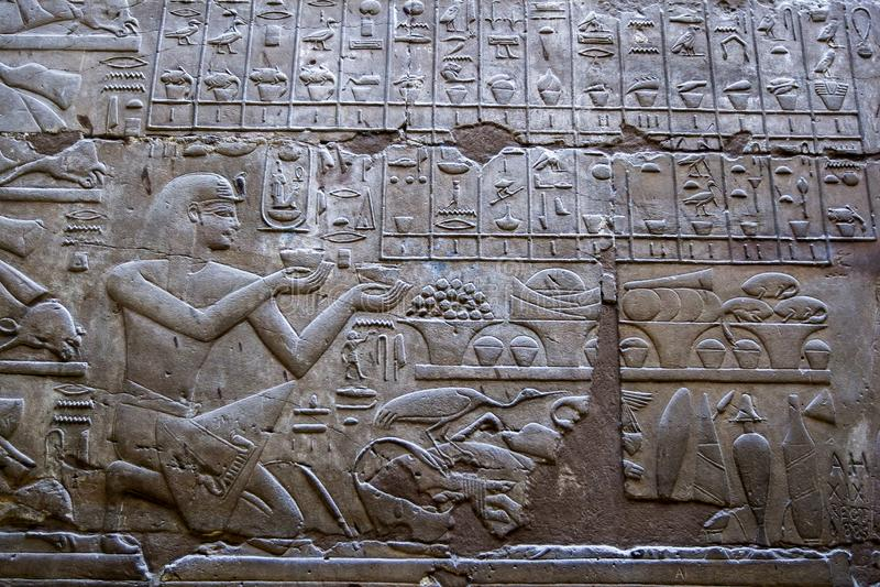 Hieroglyf och l?ttnadsgravyrer arkivbilder