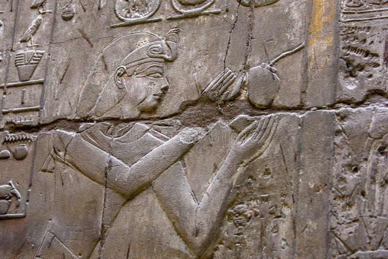 Hieroglyf och l?ttnadsgravyrer royaltyfri foto