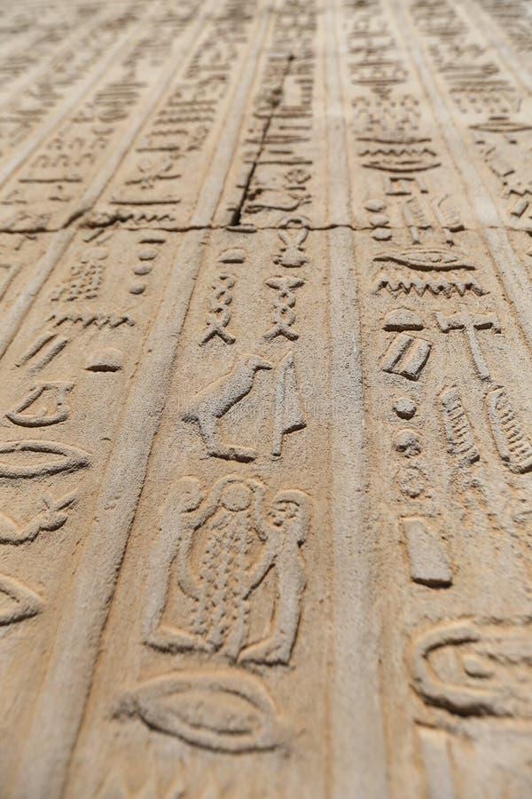 Hieroglyfer i den Kom Ombo templet, Aswan, Egypten arkivfoton