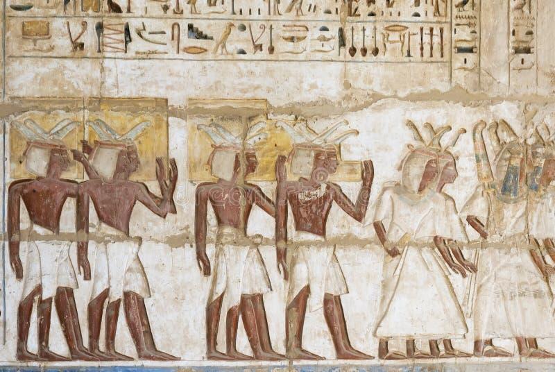 Hieroglyffärg i templet på medinathabuen, Egypten royaltyfri foto
