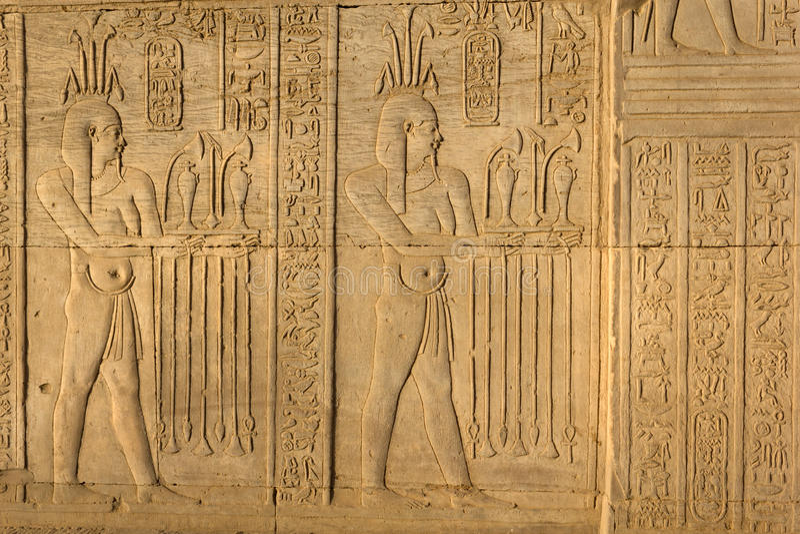 Hieroglyfiska carvings i den Kom Ombo templet, Egypten arkivfoton