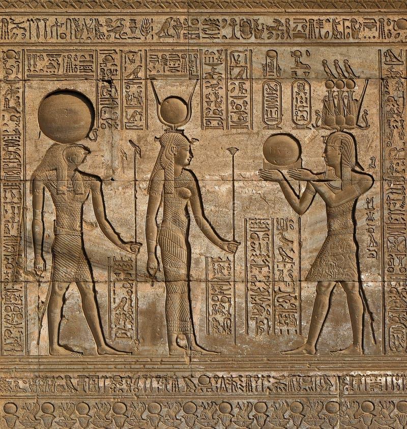 Hieroglyfiska carvings i forntida egyptisk tempel royaltyfri bild