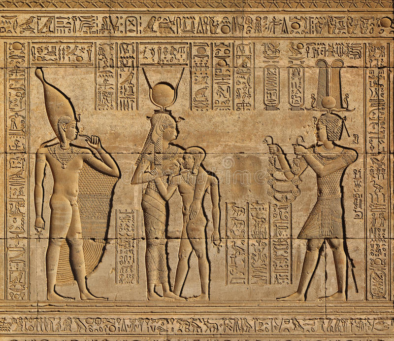 Hieroglyfiska carvings i forntida egyptisk tempel arkivbild