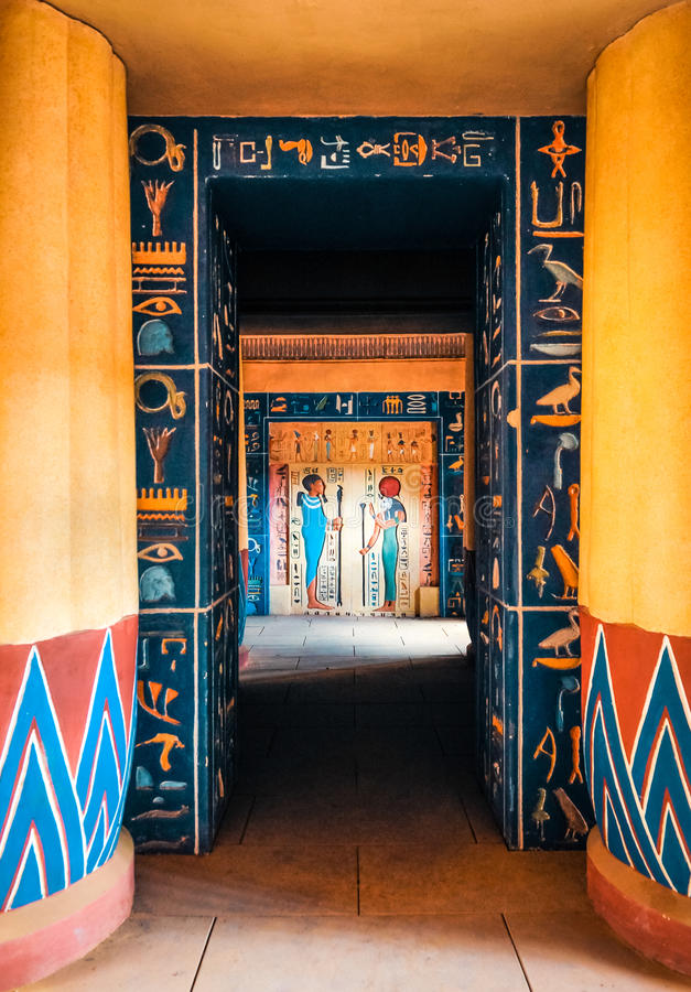 Hieroglyfiska carvings och målningar på innerväggarna av en forntida egyptisk tempel royaltyfri fotografi