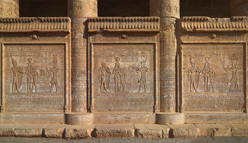 Hieroglyfiska carvings på de yttre väggarna av en forntida egypti fotografering för bildbyråer