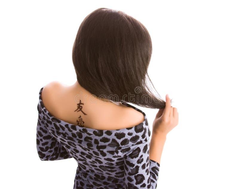 hieroglyphic unga tatueringkvinnor royaltyfria bilder