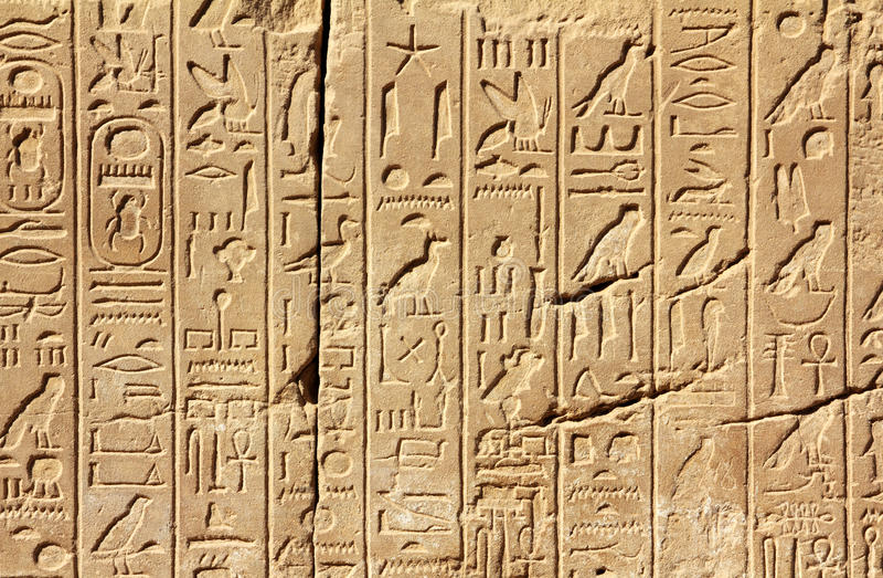 Hieroglyphics antiguos de Egipto en la pared fotografía de archivo