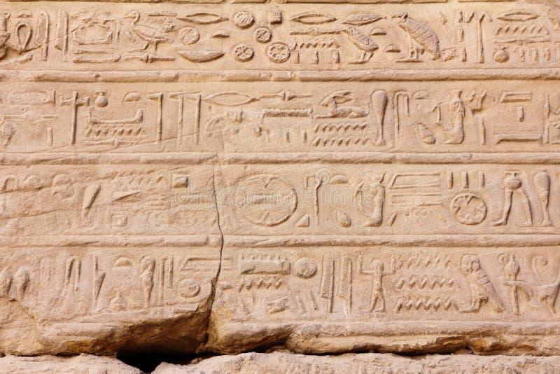 Hieroglyphics antiguos de Egipto en templo del karnak fotografía de archivo