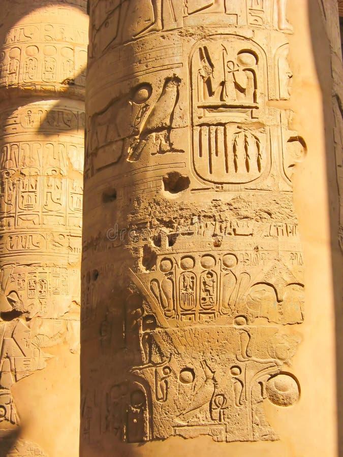 Hieroglyphics egiziani sulla colonna di pietra fotografia stock