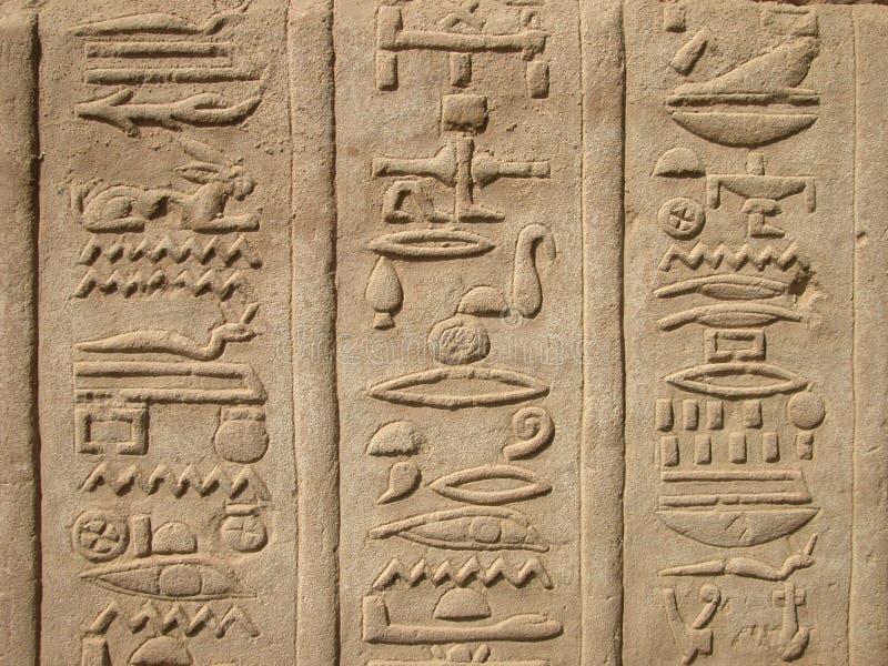 Hieroglyphics en el templo de Kom Ombo, Egipto imagen de archivo