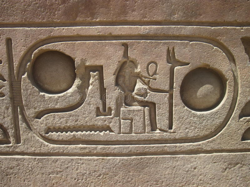 Hieroglyphics en el templo de Luxor, Egipto fotos de archivo