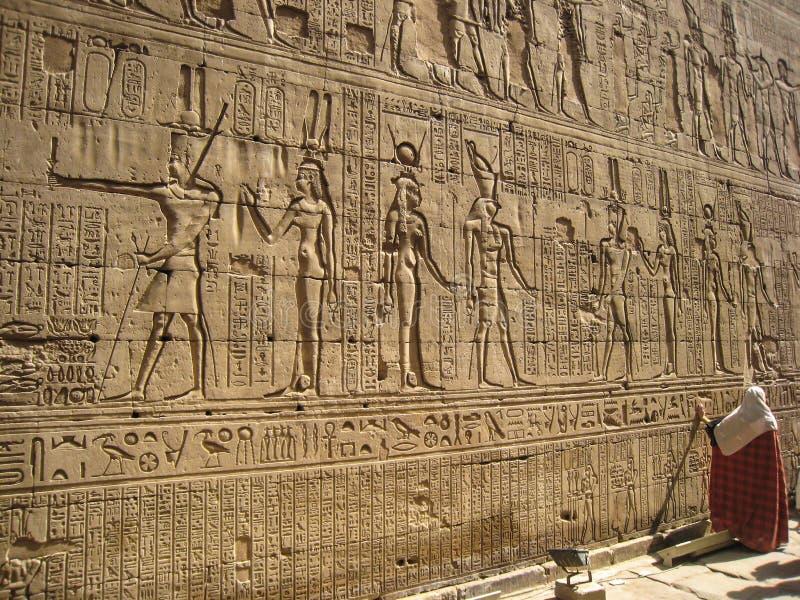 Hieroglyphics en la pared del templo de Edfu. Egipto imágenes de archivo libres de regalías