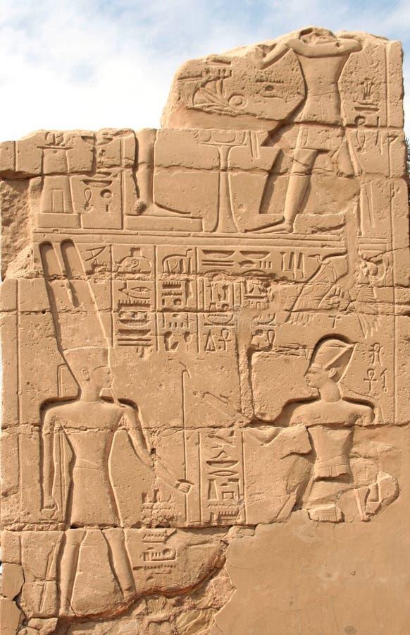 Hieroglyphics na parede no templo de Karnak imagem de stock