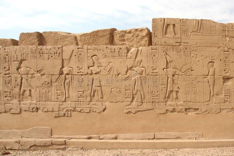 Hieroglyphics na parede no templo de Karnak foto de stock royalty free