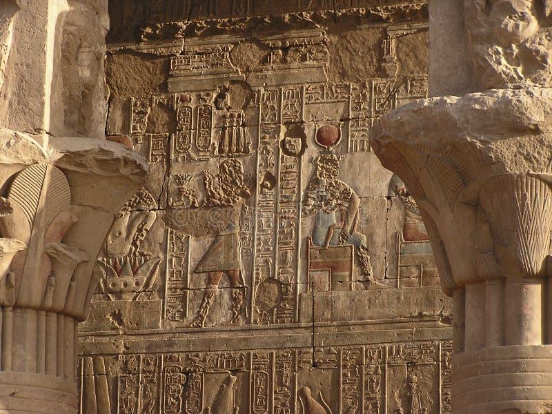 Hieroglyps en el templo de Edfu imagen de archivo