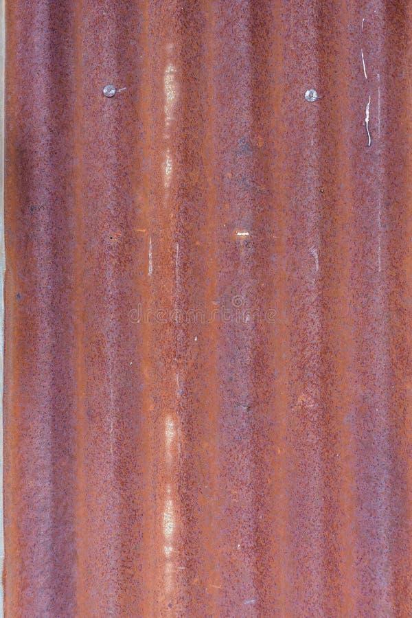 Hierro aherrumbrado en fondo de la textura del tejado del cinc fotos de archivo
