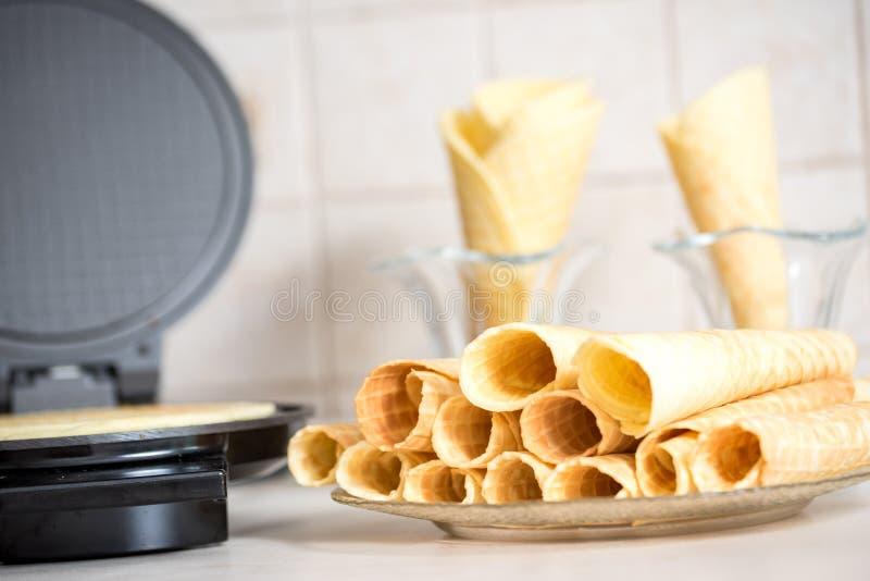 Hierro de galleta en la cocina Preparando las galletas hechas en casa, vertiendo una pasta imagenes de archivo