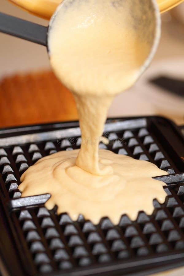 Hierro de galleta que prepara las galletas en cocina foto de archivo