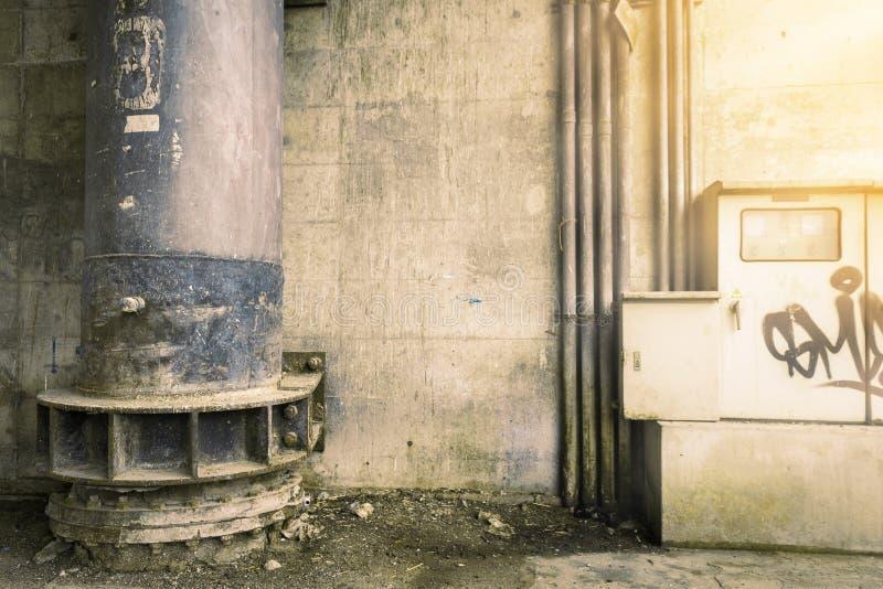hierro grande del dren decaimiento del moho pared sucia calle sucia fotografía de archivo libre de regalías