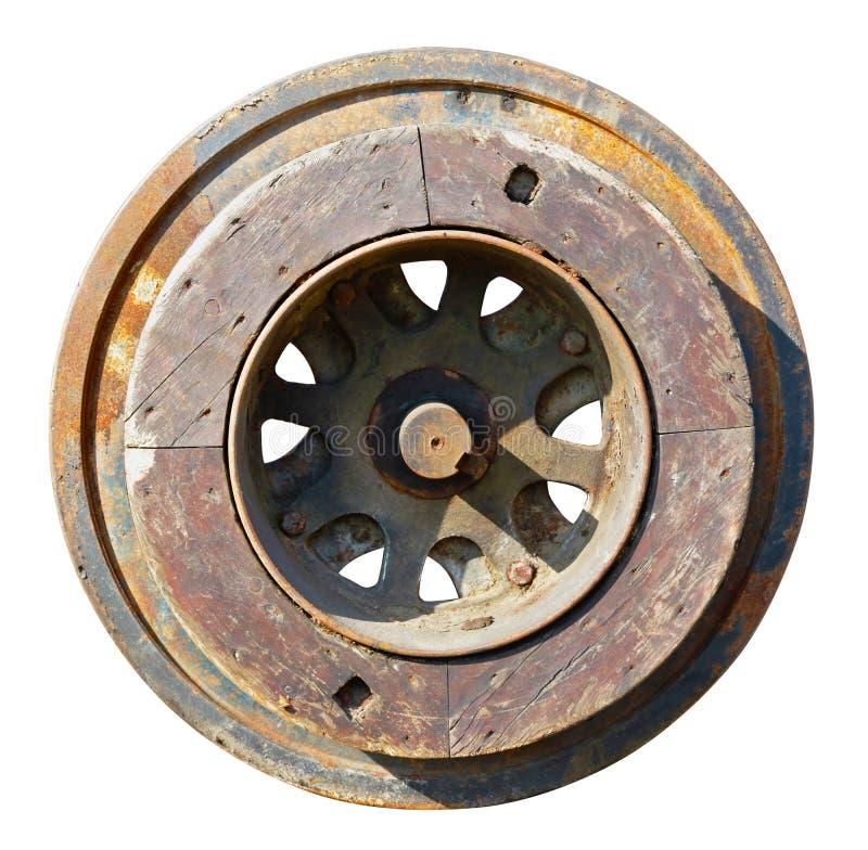 Hierro oxidado envejecido y whell de madera del roble del vintage para la maquinaria del molino de agua aislada imagen de archivo libre de regalías