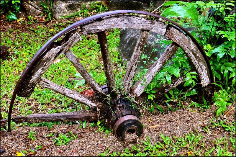 Hierro rústico y rueda de carro de madera foto de archivo libre de regalías