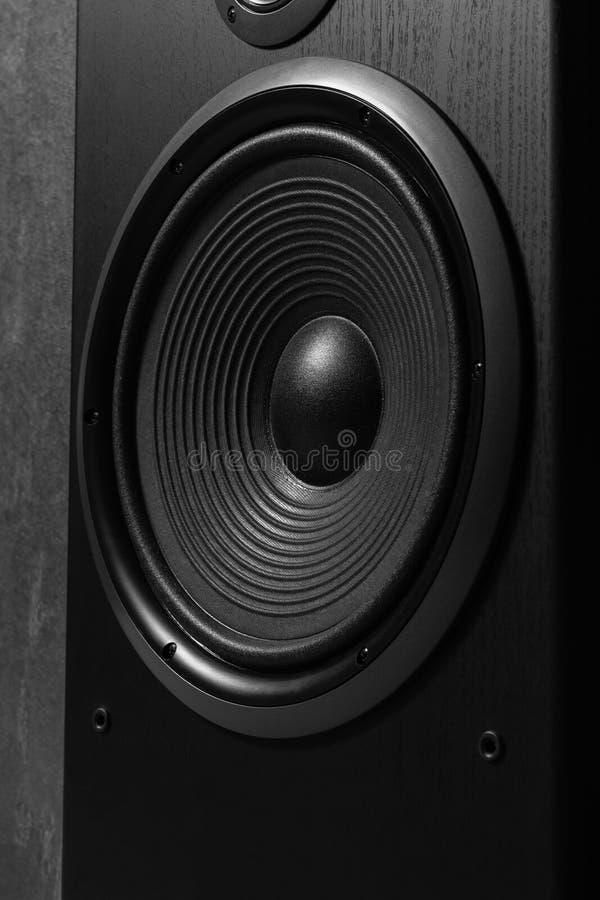 Hifi zwarte luide sprekersdoos in dichte omhooggaand Professionele AudioApparatuur royalty-vrije stock afbeeldingen