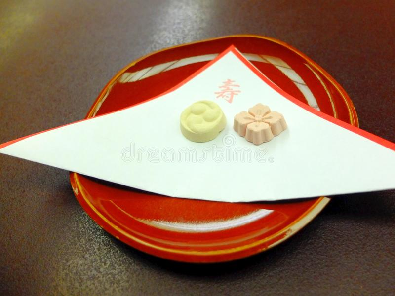 Higashi, torra japanska sötsaker & x28; wagashi& x29; arkivfoton