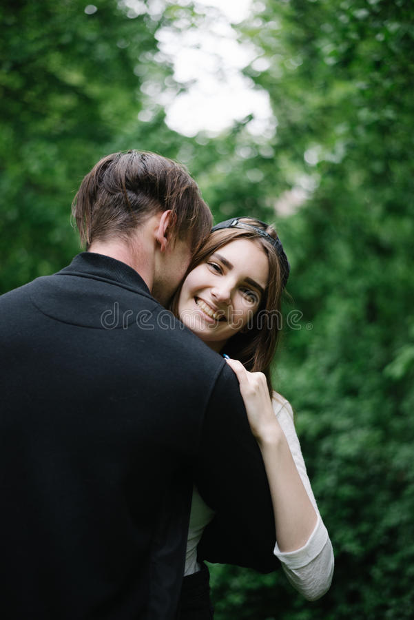 higging在公园的夫妇 免版税库存照片