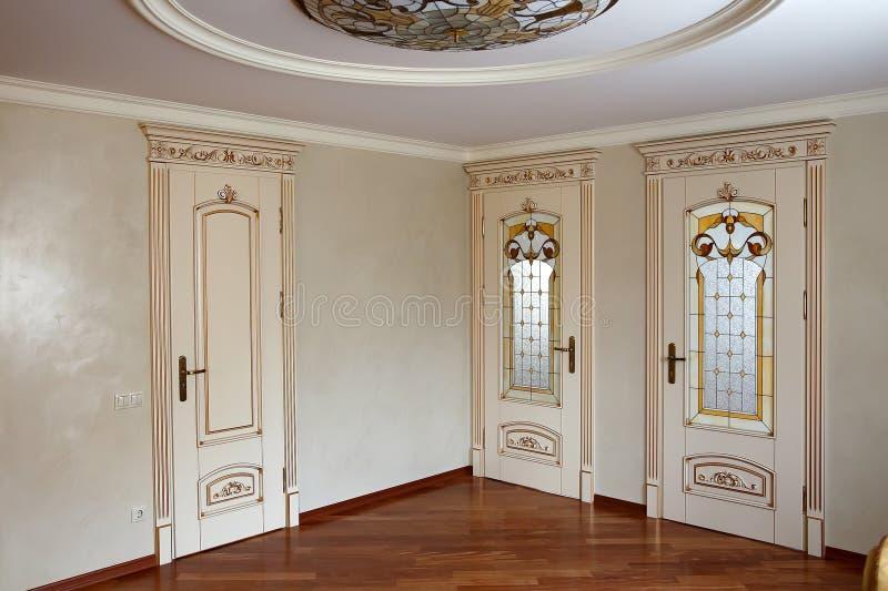 High-end luxemeubilair, deuren in het binnenland Meubilair in klassieke stijl witte boom met gouden versiering patina gravure royalty-vrije stock foto