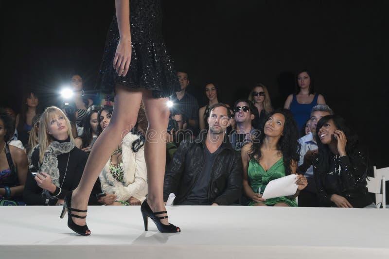 In High Heels modelo contra espectadores foto de archivo libre de regalías