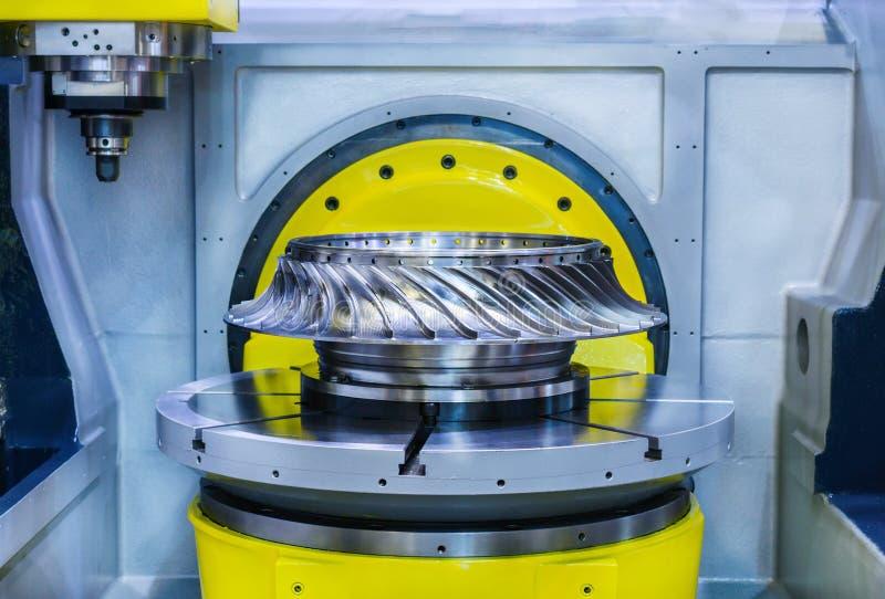 High-precision CNC machine verwerkt het wiel van de staalturbine stock foto's