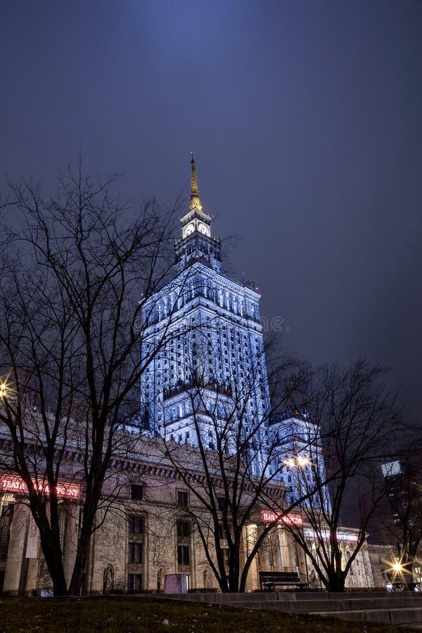 High-rise de bouw Centrum van de Nachtstad van Warshau Warschau polen Polska paleis van cultuur en wetenschap stock afbeelding