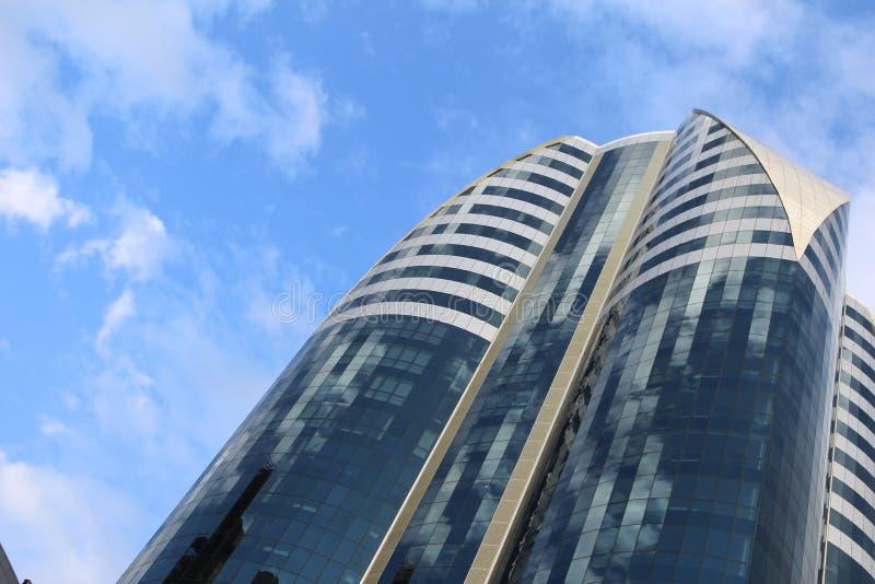 High-rise die op een bewolkte hemel voortbouwen als achtergrond stock afbeelding