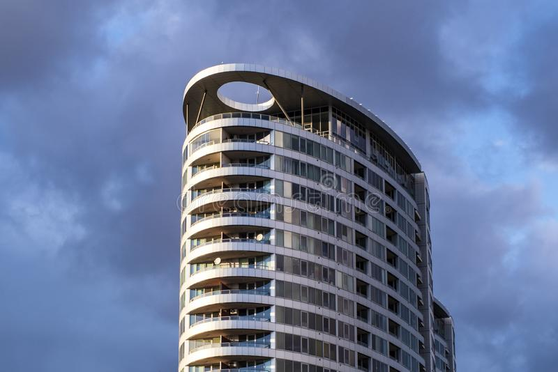 High-rise die op een bewolkte hemelachtergrond voortbouwen Grijze wolken De bouw van een commercieel centrum Bewolkte hemel royalty-vrije stock foto