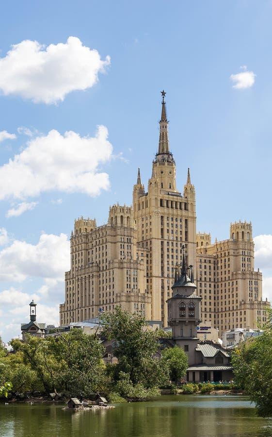 High-rise die op Vosstaniya-Vierkant, Moskou voortbouwen royalty-vrije stock afbeelding