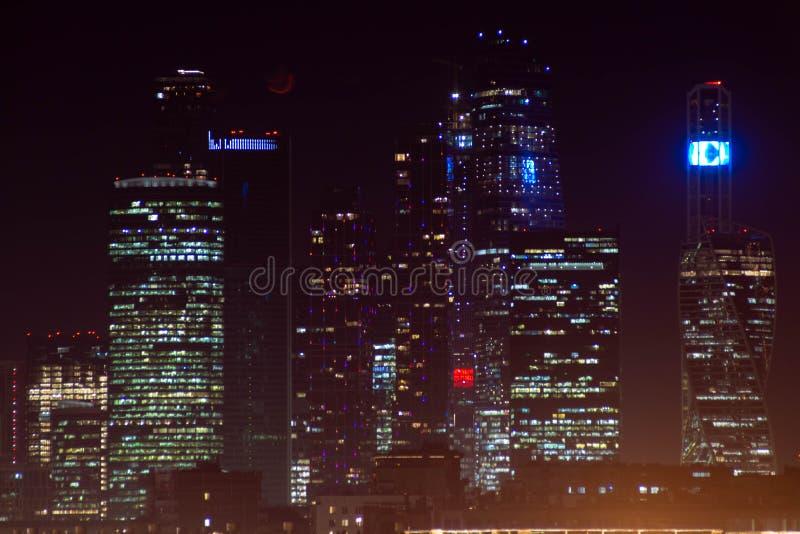 High-rise gebouwen van een grote stad met verlichting stock fotografie