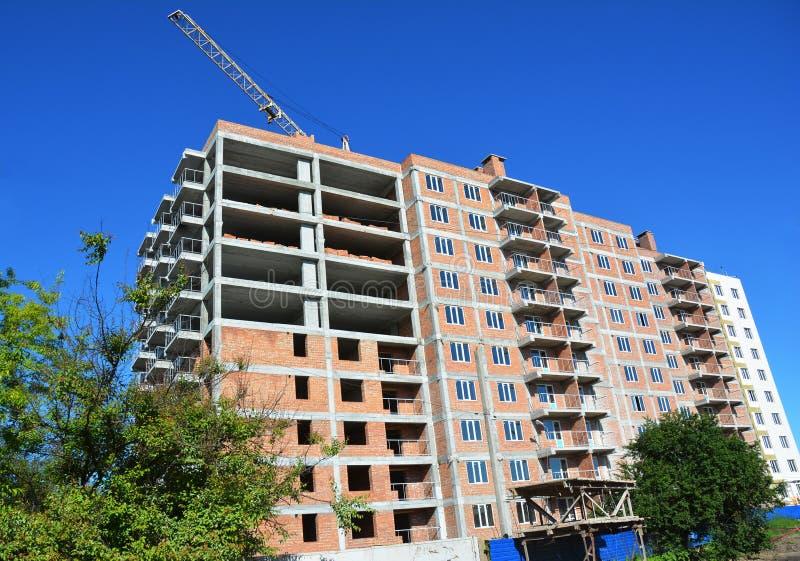 High-rise huisbouwwerf met kraantoren stock foto