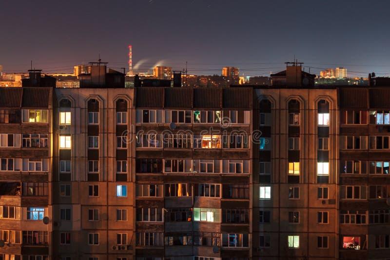 High-rise van foto 9 en 10 vloeren van de nacht lange blootstelling gebouwen in rode en blauwe kleuren Het grote stadsleven is hi royalty-vrije stock foto's