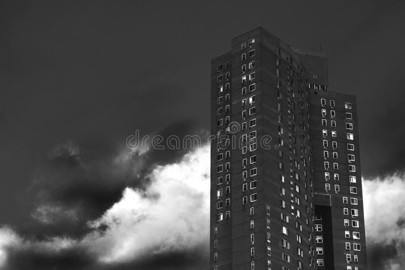 High-rise van Manhattan flatgebouw het van de binnenstad op een bewolkte en donkere dag, in zwart & wit, de Stad van Manhattan, N stock afbeeldingen