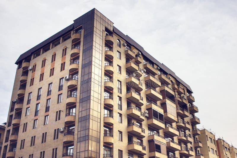 High-rise woningbouw, mening van onderaan stock afbeeldingen