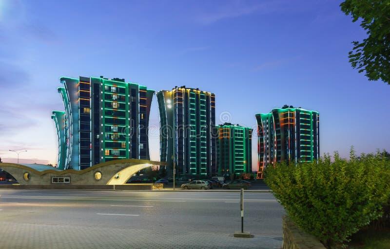 High-Rise woningbouw met administratief gebouw op Shosseynaya-straat Mooie verlichting in de recente avond royalty-vrije stock afbeeldingen