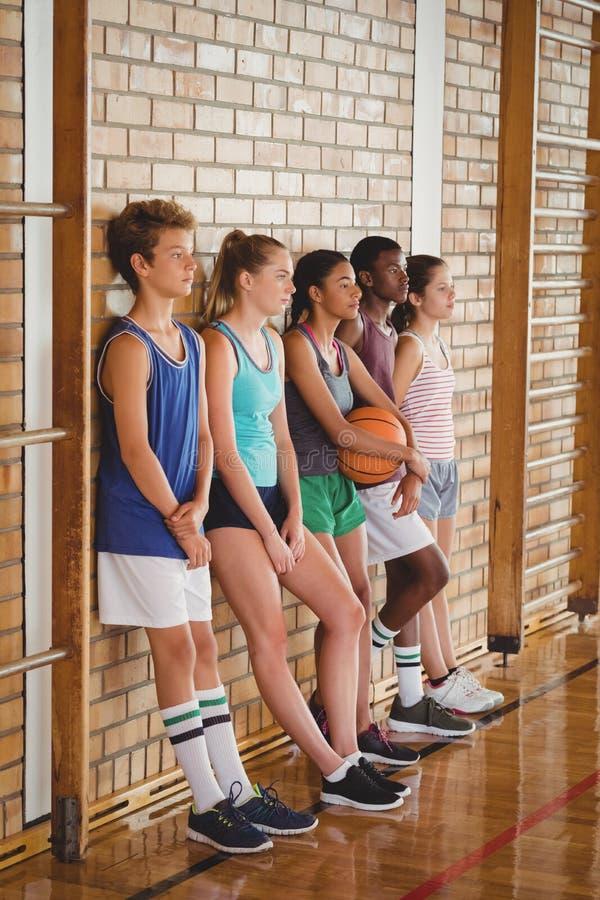 A High School caçoa a inclinação contra a parede no campo de básquete fotografia de stock royalty free
