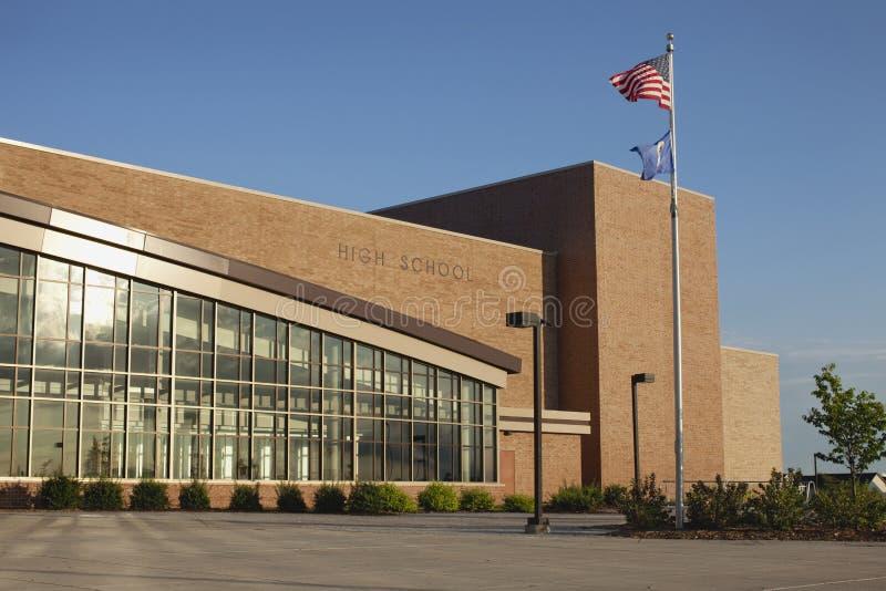 High School moderna com a bandeira do americano e do estado foto de stock royalty free