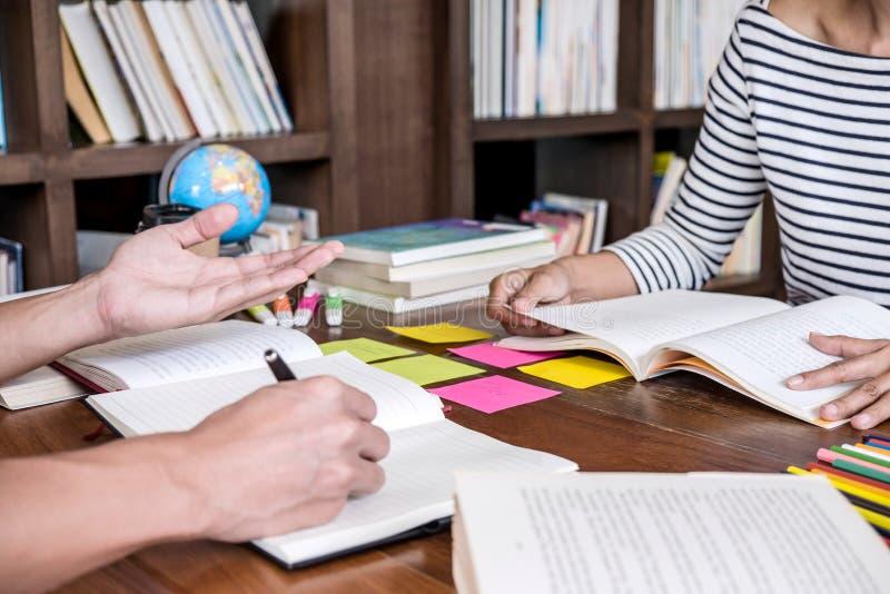 High School oder Studentgruppe, die am Schreibtisch in der Bibliothek studiert und liest, das Hausarbeit- und Lektionspraxisvorbe lizenzfreies stockbild