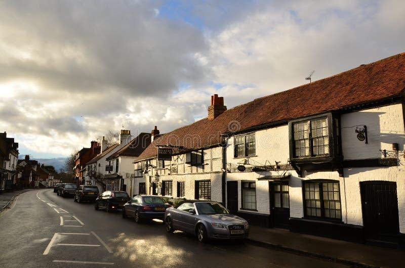 High Street dans l'ancien village anglais Bray, avec des cottages encadrés de bois photos libres de droits