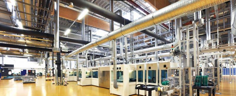 High-tech fabriek - productie van zonnecellen - machines en binnen stock fotografie