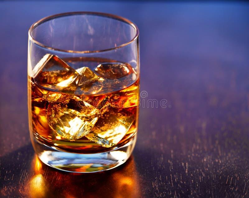 Highball在表的威士忌酒玻璃 图库摄影