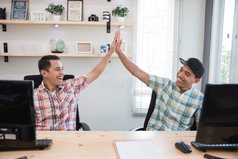 Highfive Erfolg des Teilhabers im Büro stockbild